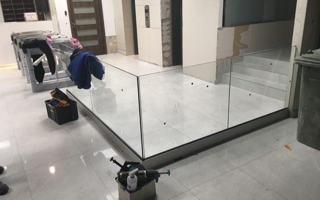 Egy üvegkorlát mellett is biztonságban lehetek?